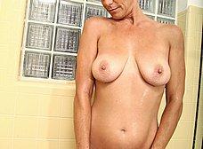 Ama de casa madurita se masturba en la ducha - foto 10