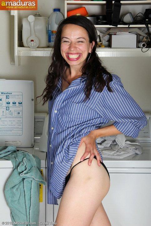 Haciendo la colada se calienta y se masturba - foto 2