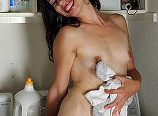 Haciendo la colada se calienta y se masturba - foto 12