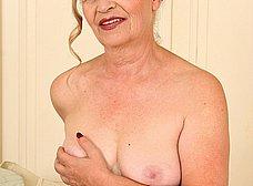 El coño arrugado de la vieja madura - foto 8