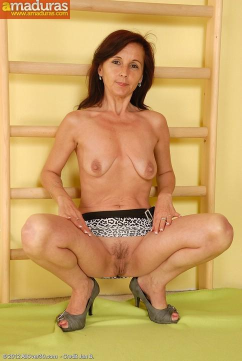 Madurita cuarentona haciendo gimnasia en casa - foto 5