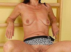 Madurita cuarentona haciendo gimnasia en casa - foto 6
