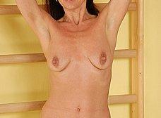 Madurita cuarentona haciendo gimnasia en casa - foto 10