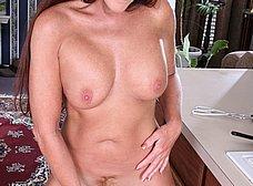 Madura cerda se masturba con una escobilla - foto 9