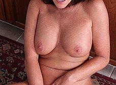 Madura cerda se masturba con una escobilla - foto 10