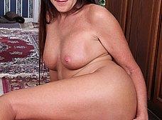 Madura cerda se masturba con una escobilla - foto 11