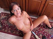 Madura cerda se masturba con una escobilla - foto 15