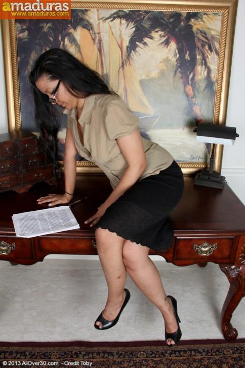 Secretaria zorrona abriendose el coño - foto 3