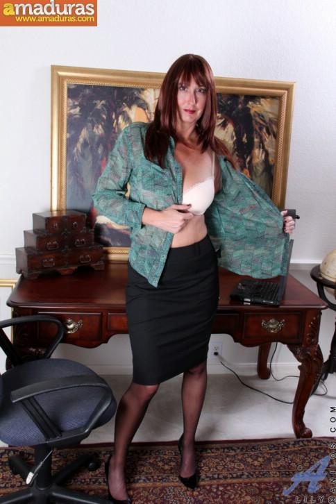 Secretaria madura llega a casa y se masturba - foto 2