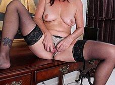 Secretaria madura llega a casa y se masturba - foto 9
