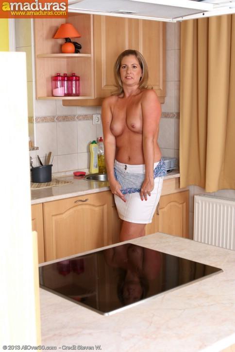Ama de casa cuarentona se quita la ropa - foto 4