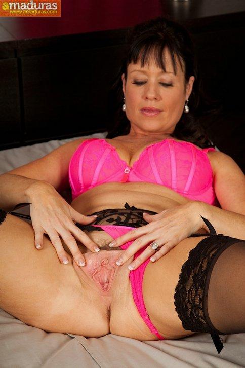 Su marido no esta en casa, le toca masturbarse - foto 4