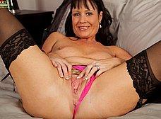 Su marido no esta en casa, le toca masturbarse - foto 9