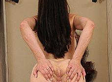 Madura oficinista llega a casa y se masturba - foto 13