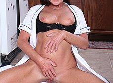 Madura se pone a cocinar y acaba masturbándose - foto 12