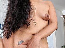 Latina cuarentona con un consolador de dos cabezas - foto 6