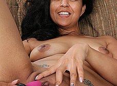 Latina cuarentona con un consolador de dos cabezas - foto 8