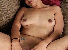 Latina cuarentona con un consolador de dos cabezas - foto 12