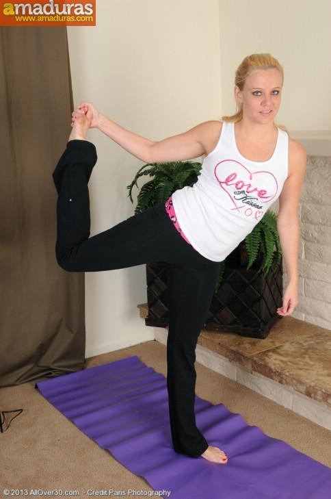 Madura haciendo yoga desnuda: menudo coño - foto 2