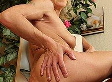 Madurita muy delgada se abre de piernas - foto 15