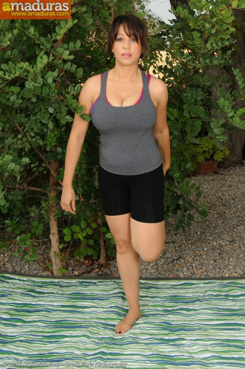 Impresionante cuarentona tetona haciendo yoga - foto 2