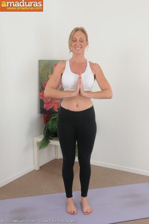 Madurita sexy haciendo yoga desnuda - foto 1