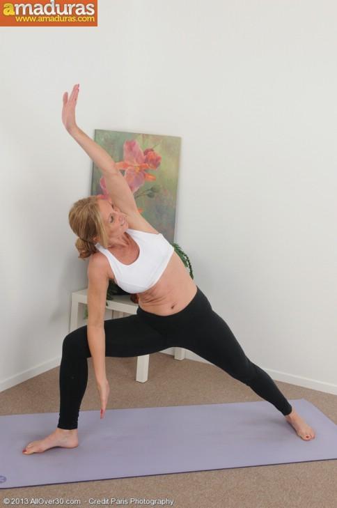 Madurita sexy haciendo yoga desnuda - foto 2