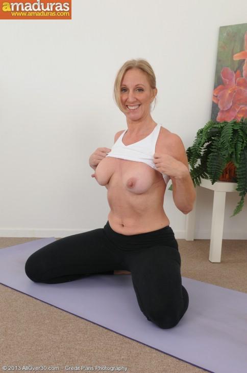Madurita sexy haciendo yoga desnuda - foto 3
