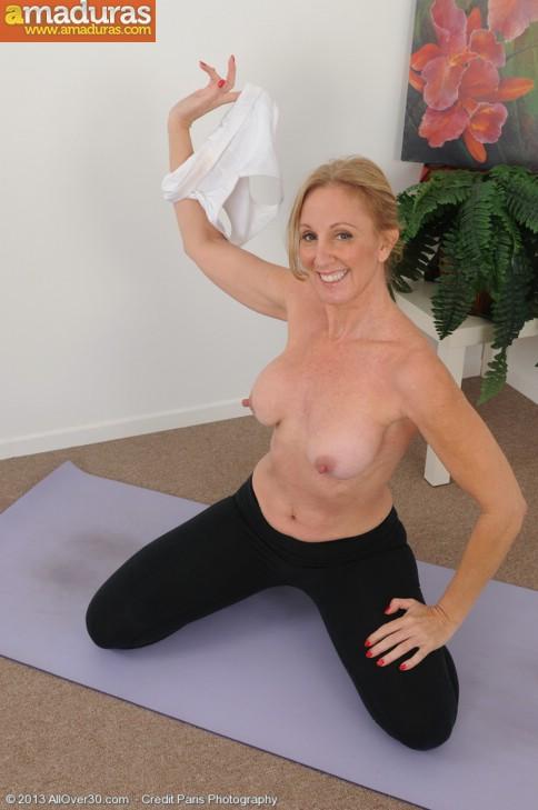 Madurita sexy haciendo yoga desnuda - foto 4