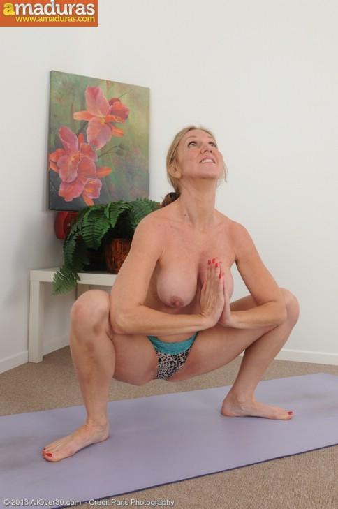 Madurita sexy haciendo yoga desnuda - foto 5