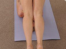 Madurita sexy haciendo yoga desnuda - foto 6