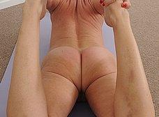 Madurita sexy haciendo yoga desnuda - foto 14