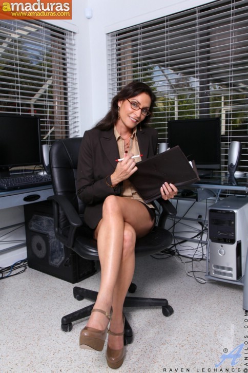 Secretaria madura se abre de piernas en la ofi - foto 1