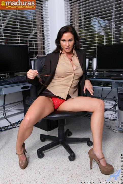 Secretaria madura se abre de piernas en la ofi - foto 2