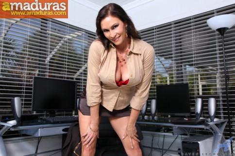 Secretaria madura se abre de piernas en la ofi - foto 3