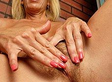 Casada cuarentona se masturba en el gimnasio - foto 14