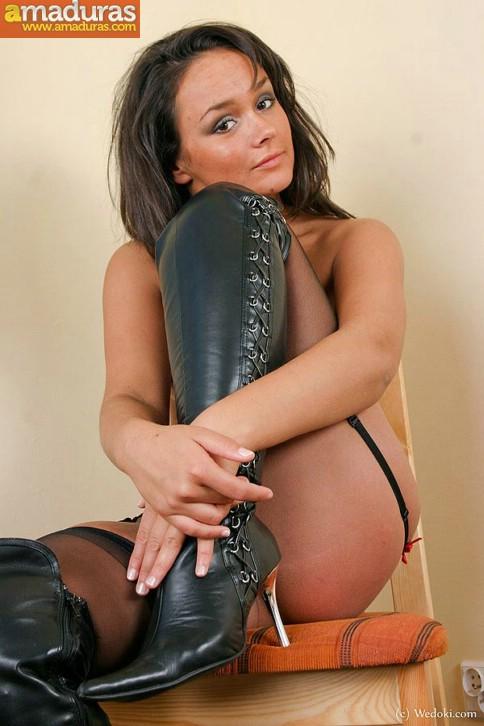 Milf treintañera muy sexy con medias negras - foto 16