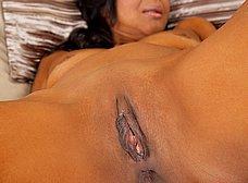 El coño depilado de la mulata cuarentona - foto 11