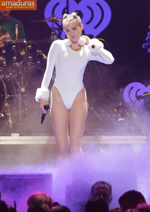 Miley Cyrus marcando coño cameltoe otra vez - foto 1