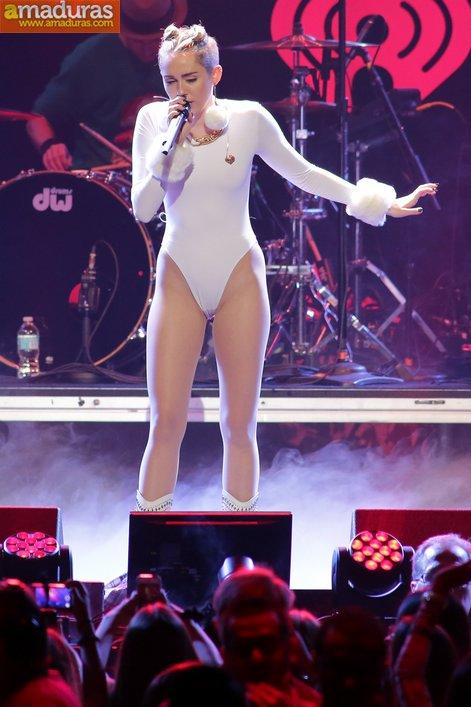 Miley Cyrus marcando coño cameltoe otra vez - foto 2