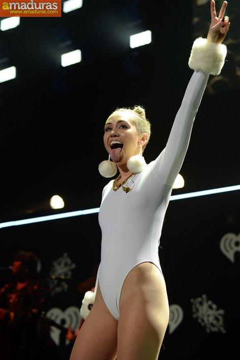 Miley Cyrus marcando coño cameltoe otra vez - foto 3