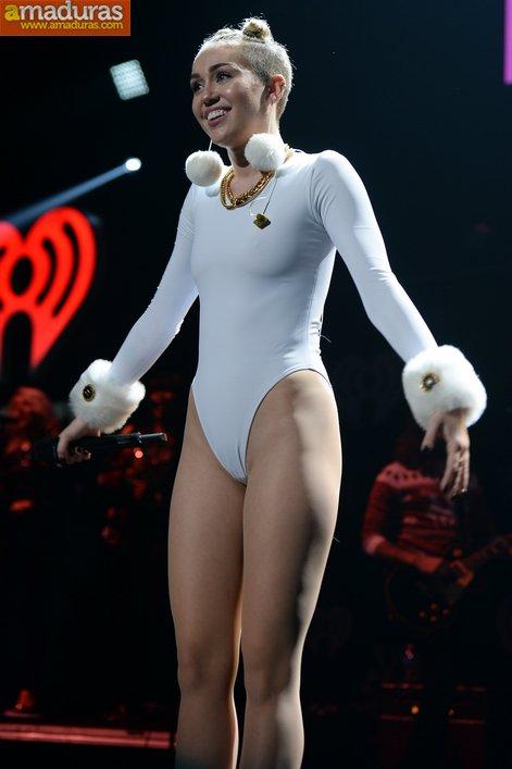 Miley Cyrus marcando coño cameltoe otra vez - foto 4