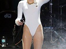 Miley Cyrus marcando coño cameltoe otra vez - foto 8