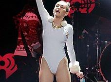 Miley Cyrus marcando coño cameltoe otra vez - foto 11