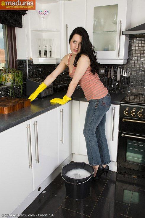 Se pone cachonda limpiando y se masturba - foto 1