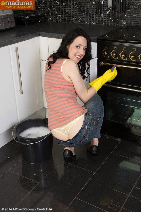 Se pone cachonda limpiando y se masturba - foto 3