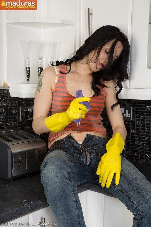 Se pone cachonda limpiando y se masturba - foto 5