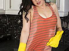 Se pone cachonda limpiando y se masturba - foto 7