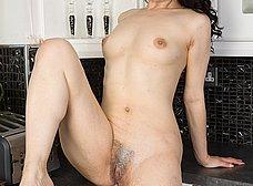 Se pone cachonda limpiando y se masturba - foto 14
