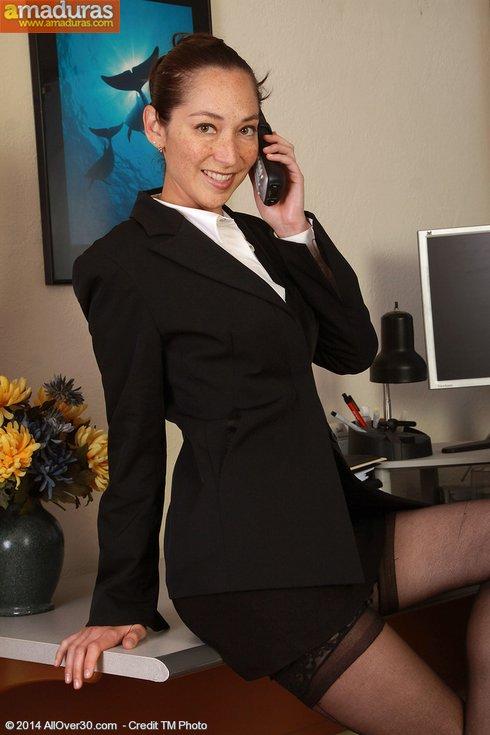 Abogada treintañera se masturba en el despacho - foto 1